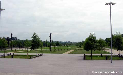 Parc de la Seille à Metz parvis des arenes 2
