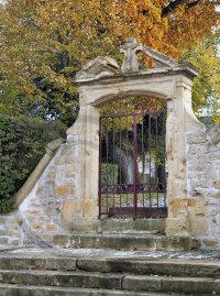Porte de l'ancien cimetière de Saint-Privat-la-Montagne