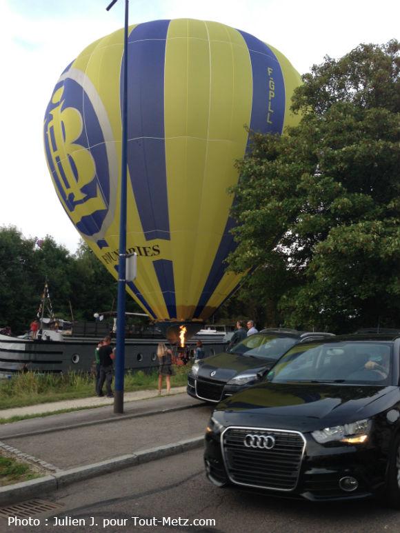 La montgolfière maintenue au dessus de l'eau - Photo Julien J. - Appartement 303 (merci !)