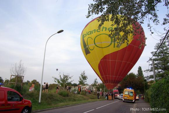 Une montgolfière atterrit sur la route, pas banal !