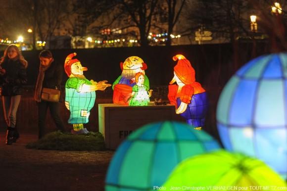 La balade du sentier des lanternes de Noël plonge petits et grands dans un univers coloré, au coeur de la ville de Metz qui constitue un élément à part entière de la magie du moment.