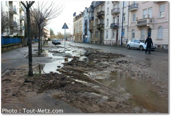 L'affaissement du trottoir rend la zone dangereuse pour les piétons. Photo : Tout-Metz.com
