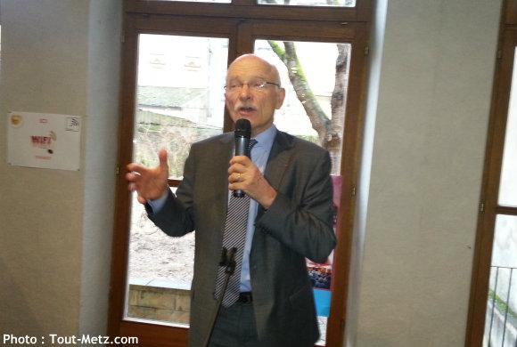 Dominique GROS présente ses co-listiers dans son local de campagne le 08 février 2014. Photo : Tout-Metz.com