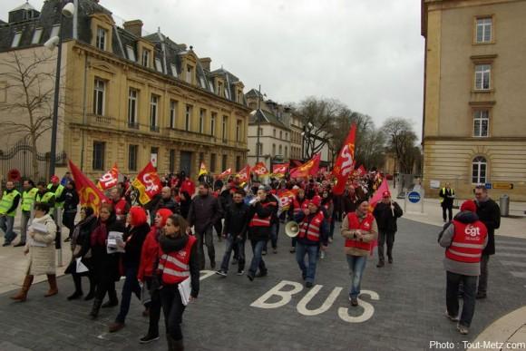 Entre 300 et 400 manifestants ont défilé. Ici ils traversent l'avenue Robert Schuman avant d'aller s'engouffrer dans la rue serpenoise.