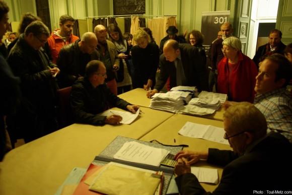 Dépouillement des bulletins de vote à l'Hôtel de Ville.