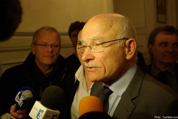 Dominique GROS, en tête au 1er tour des élections municipales, s'exprime face à la presse.