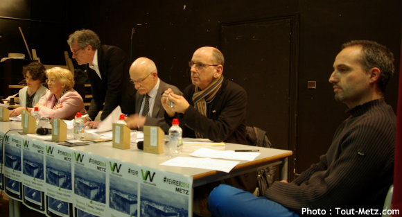 Les candidats rassemblés à une même table, autour de deux représentants de l'association  Ville Nouvelle :  de g. à d. : Françoise GROLET, Marie-Jo ZIMMERMANN, Dominique GROS, Jacques MARECHAL, Stéphane AUROUSSEAU