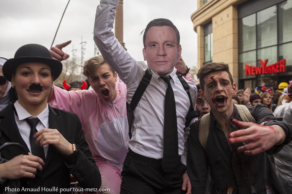 James Bond, enfin, Daniel Craig probablement de passage à Metz, s'est joint au défilé.