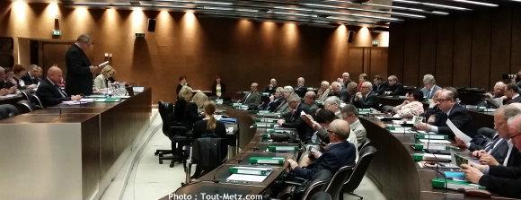 Le président Patrick WEITEN présente le projet aux conseillers généraux réunis pour parler finances.
