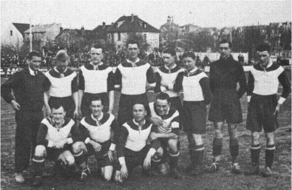 Les maillots blanc et noir du FC Metz (Saison 1932-1933, 1ère équipe officielle du FC METZ). Source : 45maillots-metz45.fr