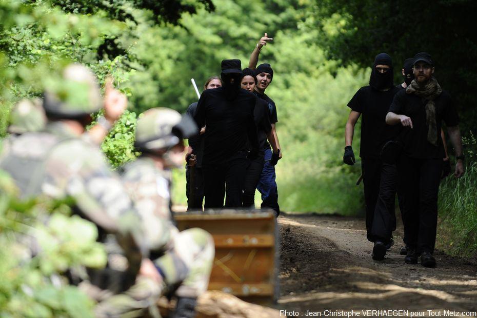 (simulation) Des personnels jouent le rôle des manifestants. L'exercice débute par des provocations.