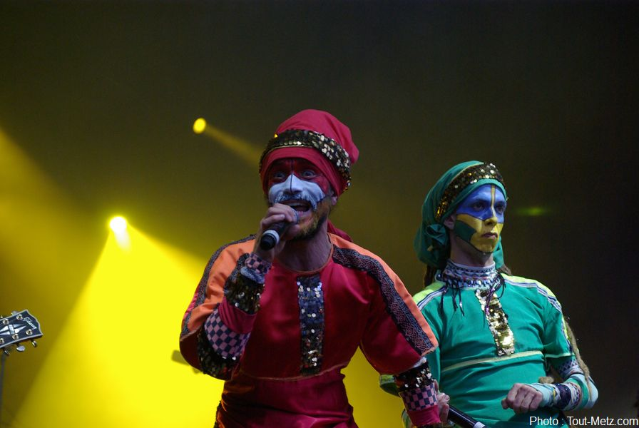 """RIC pour """"Roots Intention Crew"""" est un trio vocal accompagné de 4 musiciens qui  s'appuient sur des racines Reggae, Ragga, Dancehall, et propose un répertoire métissé aux couleurs Rock, Salsa, Hip-Hop, Flamenco..."""