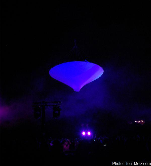 The Muaré experience prend alors son envol au dessus du public. Un OVNI à l'intérieur duquel des formes s'agitent, une séquence presque hypnotique.