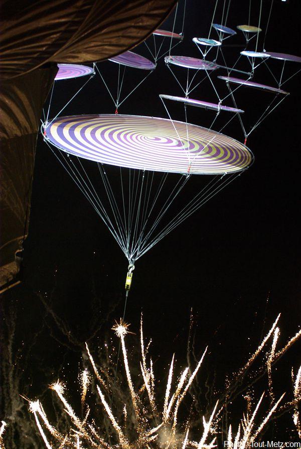 oui, cette photo est volontairement à l'envers. Une belle expression du tournis provoqué par le spectacle aérien auquel le public a assisté pour ces fêtes de la mirabelle.