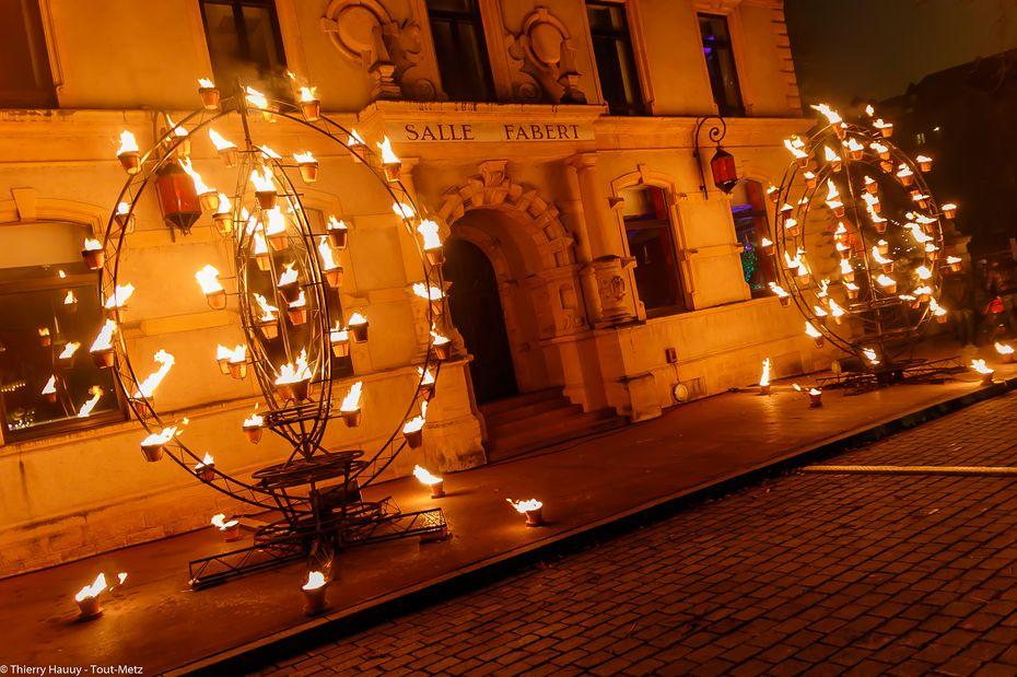 L'entrée du sentier des lanternes se fait comme l'année dernière, par la droite de la salle Fabert, juste à côté du bâtiment du Conseil Général de la Moselle.