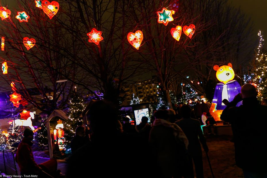 Au bout de l'allée, la féerie des lanternes s'offre au regard du visiteurs, qui a l'embarras du choix pour déambuler le long des sentiers aménagés.