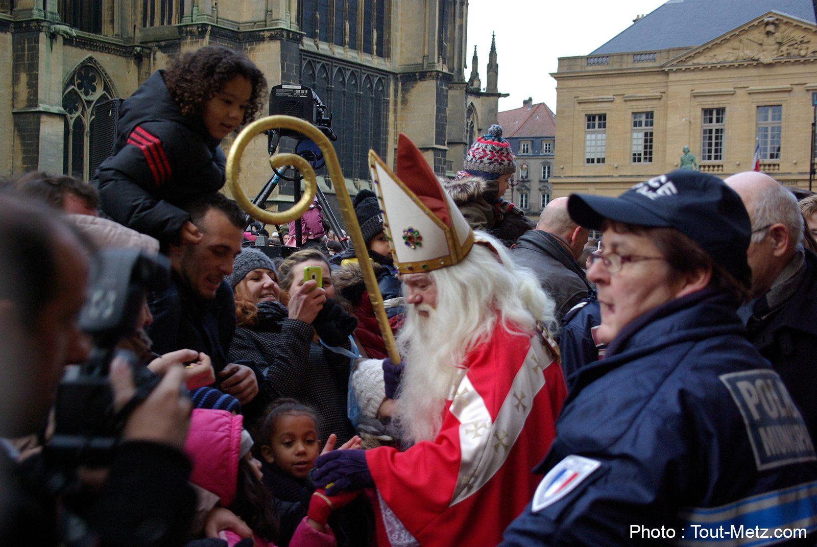 Saint-Nicolas à Metz : des bonbons et un Graoully marié (photos + vidéos)