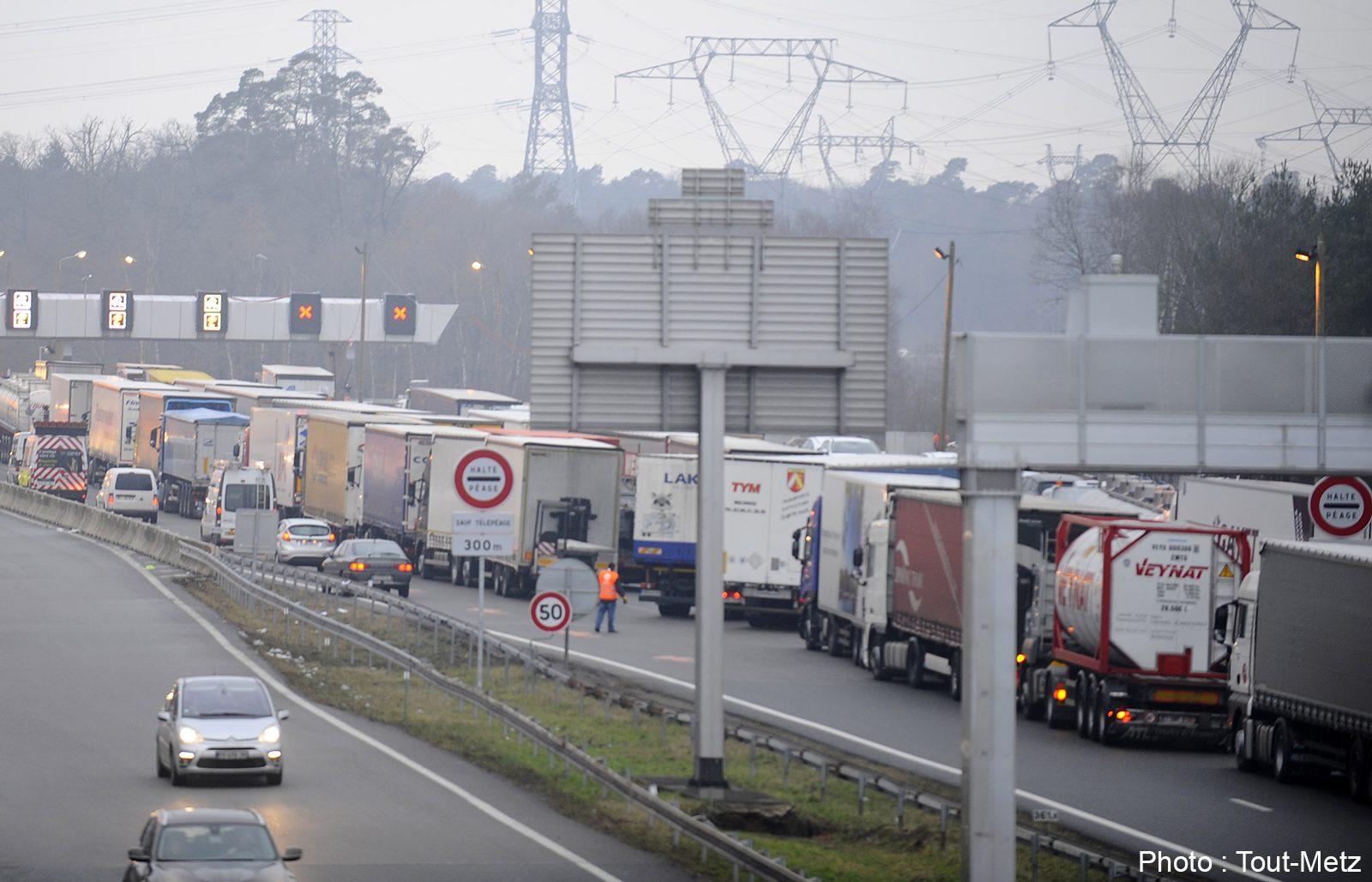 Photo of Manifestation des chauffeurs routiers : un barrage filtrant au péage de Saint-Avold