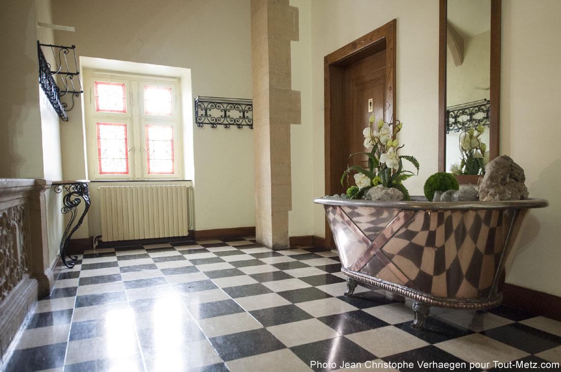 Le palais du gouverneur était sensé accueillir l'empereur et l'impératrice lors de leurs passages à Metz. Deux énormes baignoires leur furent réservées. L'impératrice ne s'y baigna jamais, et ne vint que rarement dans le bâtiment, préférant séjourner dans l'actuelle préfecture.