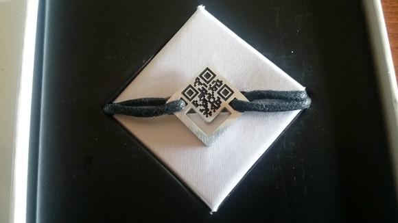 Le bracelet connecté de l'AMAPA permet en une seule action (le scan du QR code) d'obtenir les renseignements essentiels et d'alerter qui de droit.