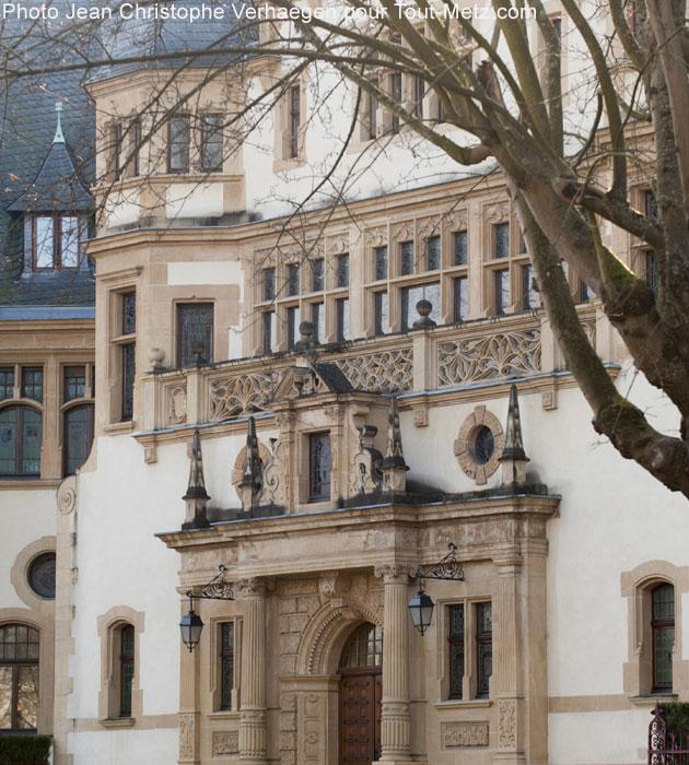 Détail de l'entrée du palais du gouverneur. Lorsqu'en 1940 les Allemands reprirent Metz aux Français, le palais devint le siège de la Kommandantur. Juste devant le perron, sous l'occupation, les Messins venaient récupérer ici les laissez-passer pour sortir de la ville.