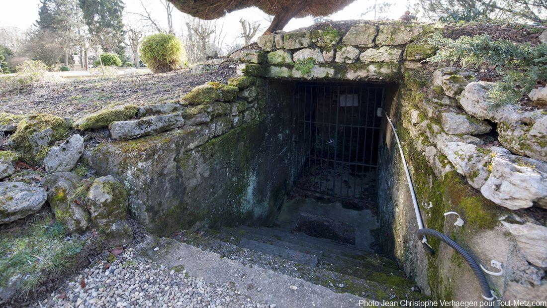 Ces marches plongent dans les souterrains de la Tour d'Enfer et des vestiges des fortifications datant du moyen-âge. Sous les jardins du palais et au-delà, salles et couloirs mènent en différents endroits dont certains n'ont jamais pu être explorés. L'accès est aujourd'hui condamné, une bonne partie des galeries souterraines est ennoyée.