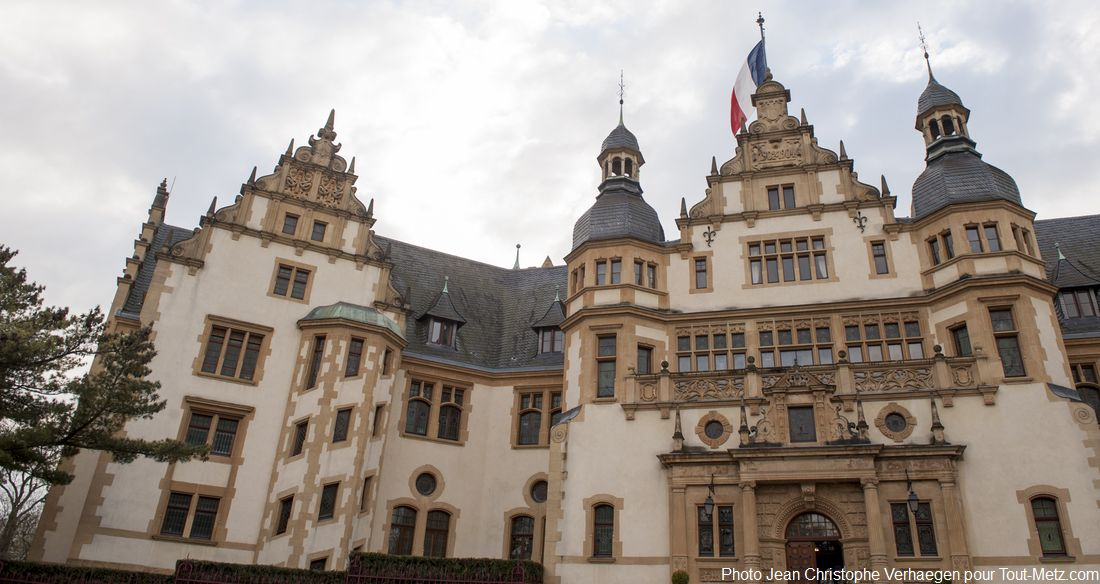 """Le Palais du gouverneur, dont le véritable nom est en fait """"hôtel de commandement"""", a été édifié en  1903 sous l'annexion par l'empereur Allemand Guillaume II. Il était destiné à l'accueillir avec sa femme lors de ses venues à Metz."""