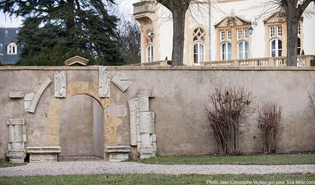 Le lieu est habité depuis bien longtemps. En 620  se trouvait ici l'église des Bénédictines de Ste Marie. Elle fut détruite en 1861. A la construction du palais du gouverneur, les Allemands détruirent les 2 portails qui avaient résisté. Sur cette photo, voici tout ce qui en reste.