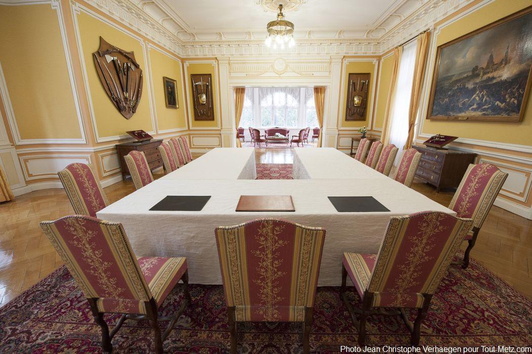La salle d'armes du palais du gouverneur de Metz tient lieu de salle de réception mais aussi de salle de réunion. Aux murs, différents ornements et peintures militaires. Cette salle contient une maquette reproduisant à l'identique la toiture en bois du bâtiment (réalisée par un compagnon du devoir lors de son service militaire). Dans cette salle se trouve également une sorte de kiosque de musique en hauteur.