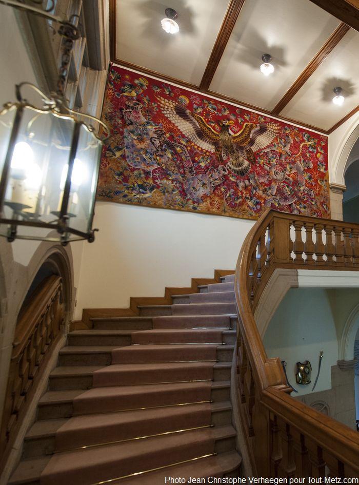 L'étage n'est pas accessible au public lors des journées du patrimoine. En haut se trouvent les appartements du gouverneur, mais aussi d'autres salons réceptifs. L'escalier n'est pas d'époque, du fait des pillages de l'entre deux guerres (le bâtiment ayant été construit pas les Allemands). Une tapisserie d'Aubusson orne le mur. L'histoire dit que la forme des ailes du volatile ici représenté a servi de modèle pour la forme générale du palais.