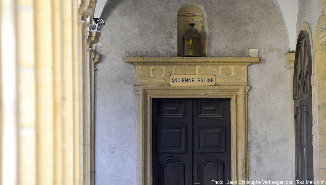 En suivant les galeries du cloître, on se retrouve à l'extérieur du bâtiment, précisément à l'arrière des salles de réunion. Face à nous la terrasse