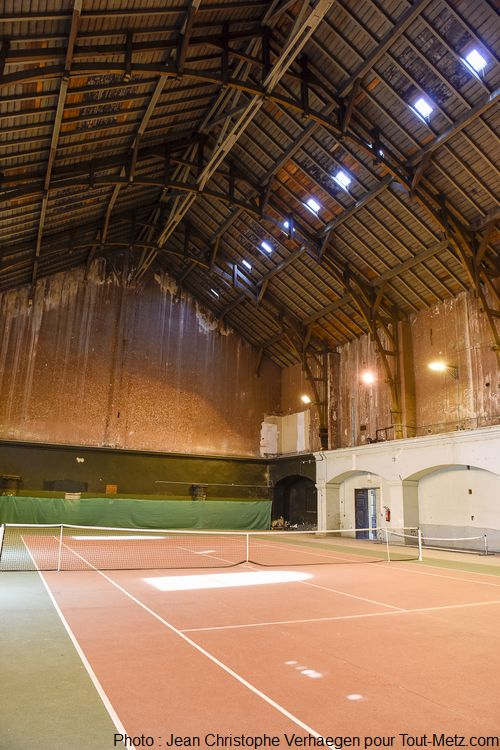 Vous ne rêvez pas, c'est bien un terrain de tennis qui occupe l'espace, et il est toujours en activité. Il fut construit dans les années 60 sur ordre du Général Massu. Cette ancienne église construite avec 2 étages, était l'une des plus grande de France lorsqu'elle fut bâtie en 1221. Photo : Jean Christophe Verhaegen, 7 avril 2015