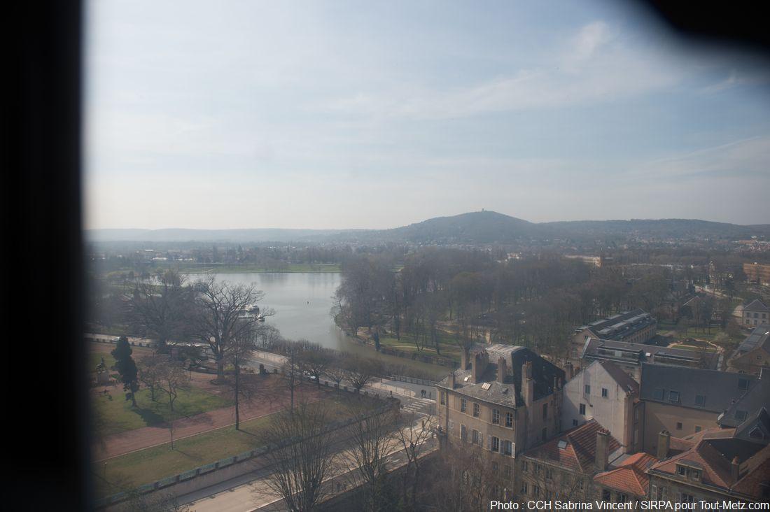 Et voici l'une des vues les plus imprenables de la ville de Metz, justement sur le mont St Quentin sur lequel on observait l'adresse des artilleurs de l'école militaire. Au 1er plan sur la gauche, le jardin Boufflers, puis le plan d'eau. Les vitres sont d'époque et n'ont pas été nettoyée depuis de nombreuses années, d'où le voile sombre visible sur ce cliché. Photo : Sabrina Vincent (SIRPA), avril 2015