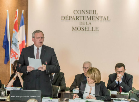 Patrick Weiten, fraîchement réélu à la présidence du Conseil Départemental de la Moselle, lors du discours qui a suivi son investiture le 02 avril 2015. Photo : Thierry Hauuy