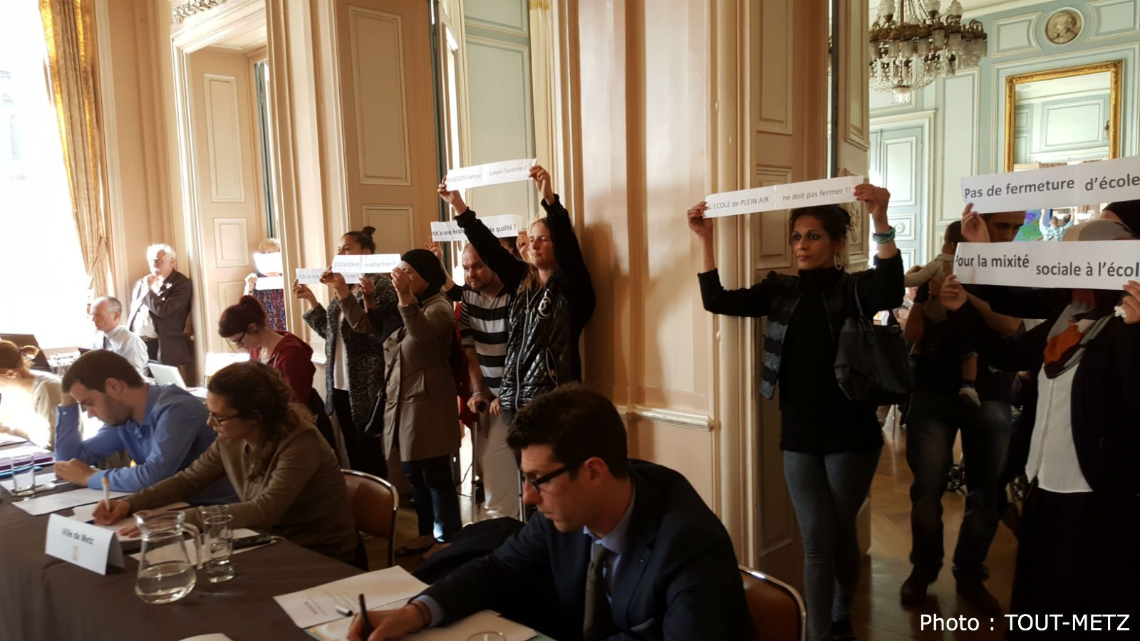 Metz ferme deux écoles, parents et opposition vent debout