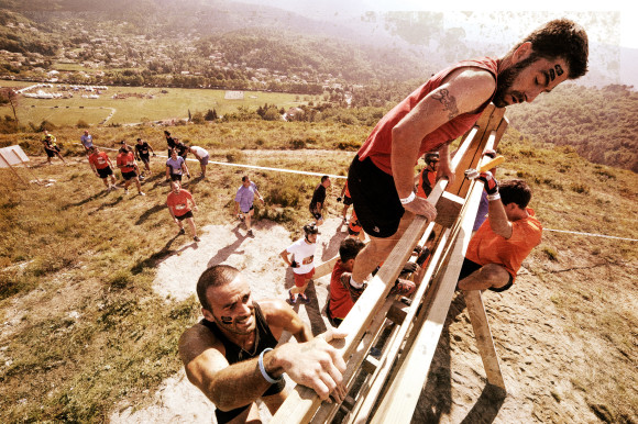 Photo Pierre Alessandri / ASO - The Mud Day Metropole Nice Cote D'Azur 2015 - 20/06/2015 - Nice - France - Des Mud Guys sur l'obstacle TOUCH THE SKY
