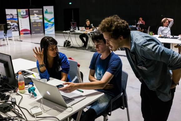 Premier soir du hackathon : les cerveaux turbinent sec, la créativité fait des bulles, les participants lancent dans chaque équipe des idées sur la table. Puis l'une d'entre elles séduit plus que les autres, elle est étudiée plus à fond avant d'être retenue, développée, et enfin présentée. Crédit photo : Raoul GILIBERT