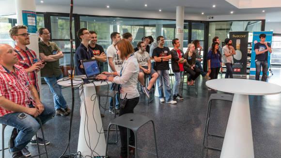 Les participants du hackathon GEN Musique 2015, réunis dans le hall de la BAM pour le briefing avant le lancement de la compétition. Crédit photo : Raoul GILIBERT