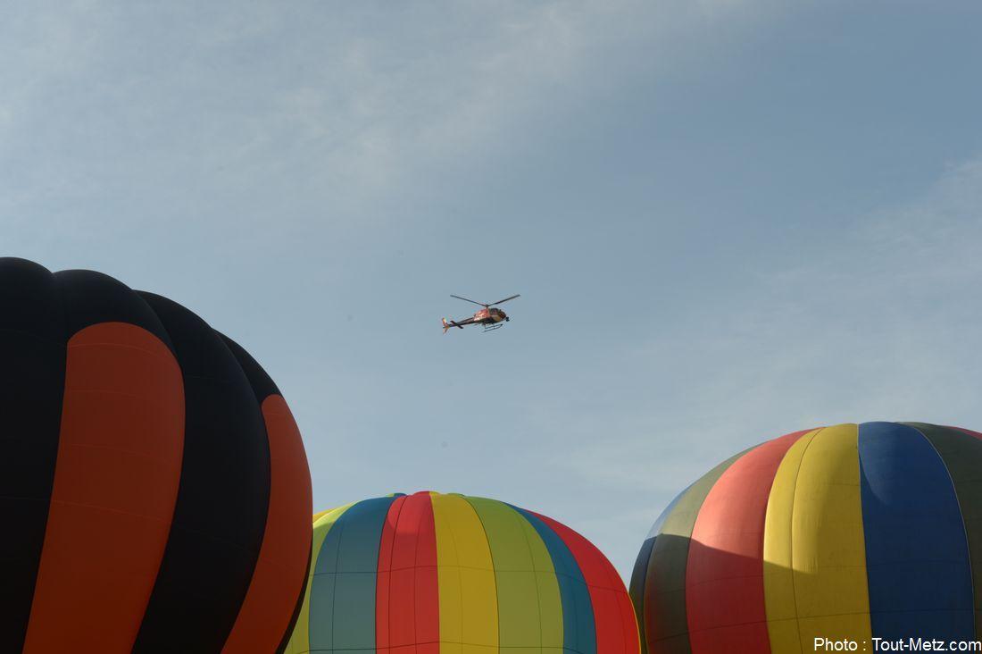 LMAB 2015 : l'hélicoptère transportait un huissier chargé de comptabiliser le nombre de ballons alignés. Il a pu s'appuyer sur les photos prises par le photographe qui l'a accompagné durant tout le vol.