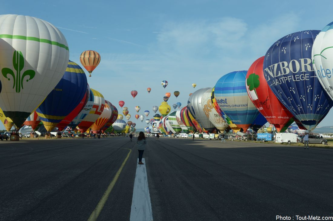 Les montgolfières alignées qui commencent doucement à décoller