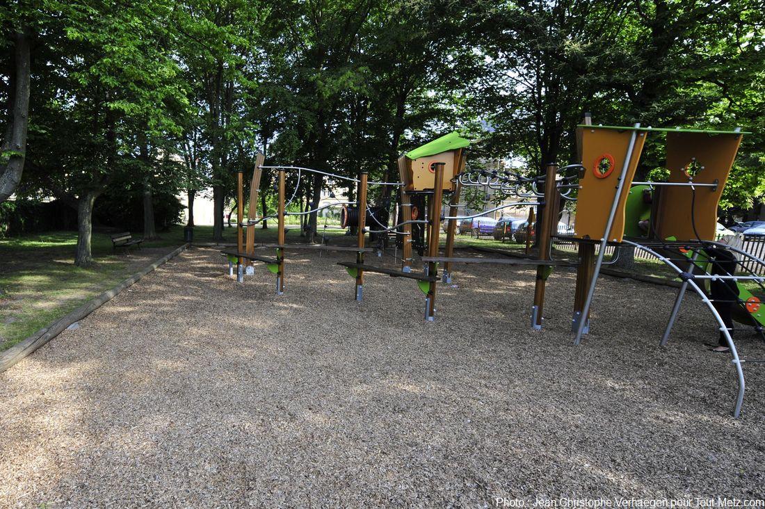 A l'angle côté gare / avenue Foch se trouve un parc de jeux pour enfant quasiment neuf, lui aussi libre d'accès, posé sous les arbres, et protégé par l'enceinte du grand séminaire. Photo Jean Christophe Verhaegen