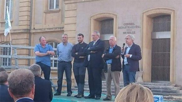 Photo : Tout-Metz P. Weiten, Président du CD57, D. Jacquat, Député de la Moselle et J-P Masseret, Président de la Région Lorraine présents sur la place de la Préfecture de la Moselle en soutien aux agriculteurs (1er septembre 2015)