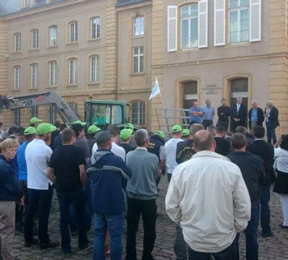 Photo : Tout-Metz Une cinquantaine d'agriculteurs réunis sur la Place de la Préfecture de la Moselle (1er septembre 2015)