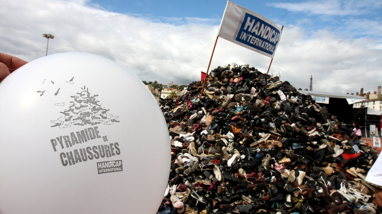 Handicap International renouvelle l'opération «Pyramide de chaussures» à Metz