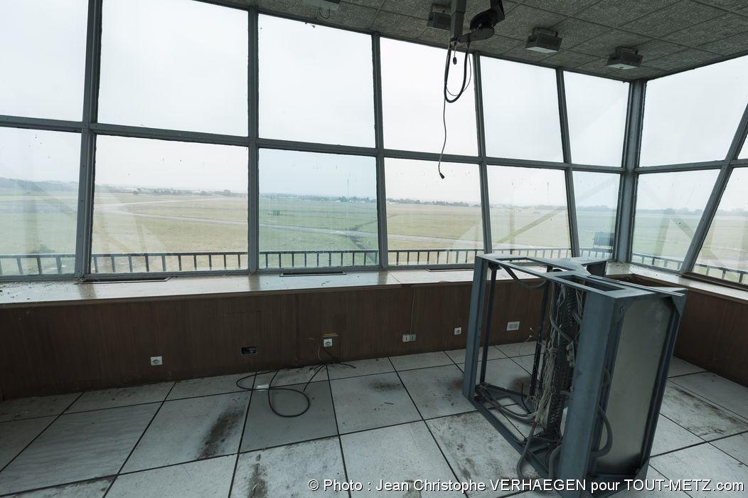 Vous voici à l'intérieur de la tour de contrôle, qui se trouve dans un relatif mauvais état faute d'entretien. Les derniers équipements techniques ont été retirés courant 2015. Une passerelle quelque peu dangereuse permet de faire le tour à l'extérieur. Photo : 10/08/2015