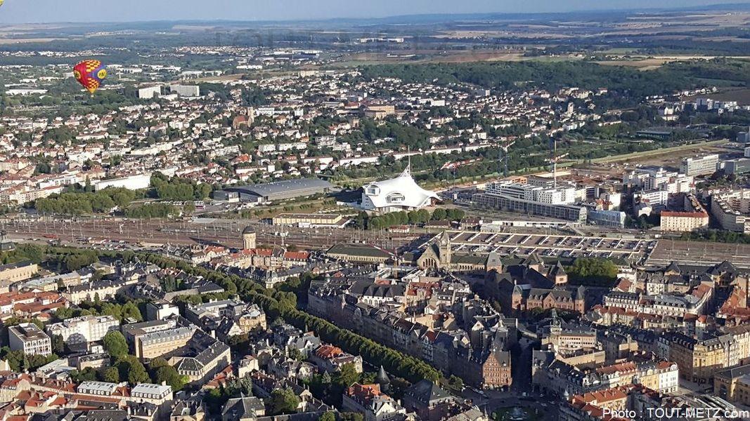 Le Centre Pompidou Metz, avec les Arènes à gauche. Au premier plan, le quartier impérial de Metz gare