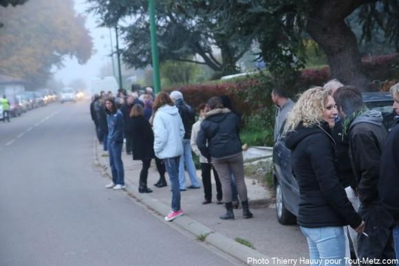 Quelques habitants aux avis divergents étaient présents à Arry pour voir arriver le bus de réfugiés en provenance de Calais, ce mardi 27 octobre 2015.