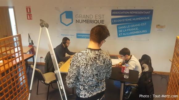 Un équipe qui phosphore sur son projet, quelques heures avant la présentation devant le jury.