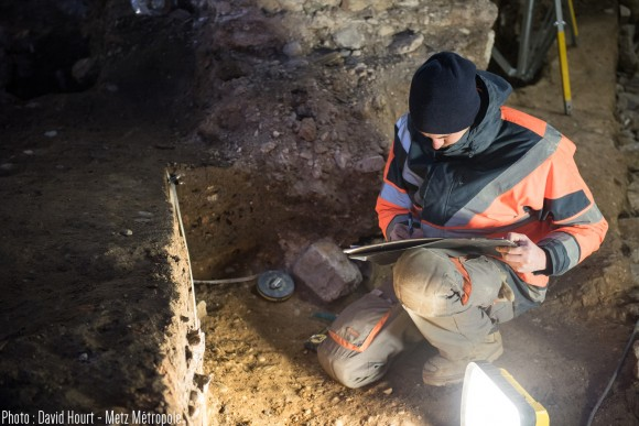 Le minutieux travail des archéologues sur le chantier de fouilles de la chapelle des petits carmes à Metz. 10/02/2016