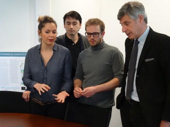 Jean-Luc Bohl (à droite), ici en discussion avec des participants au concours.